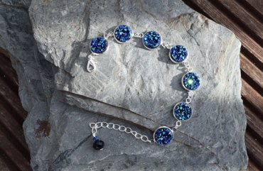 Sparkly blue druzy style bracelet by Poppy and Ivy Studios. €28http://etsy.me/1OuHNDh